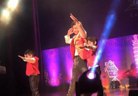翻版小志?Kimi与爸爸林志颖穿红马甲同台表演台风稳健