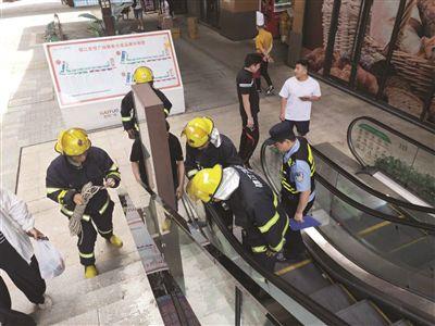 为捡手机小伙踩塌扶梯挡板摔落5米掉到天井中