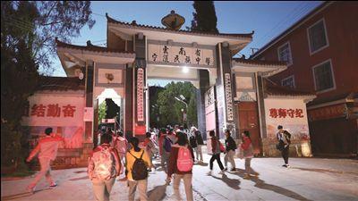 海安老师支教31年:让宁蒗成云南教育一面旗帜