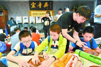 非遺課堂開進繁華商圈 小學生現場學習老