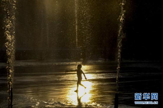 (国际)(1)纽约:戏水消暑