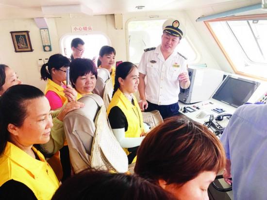 参观海巡船驾驶舱。