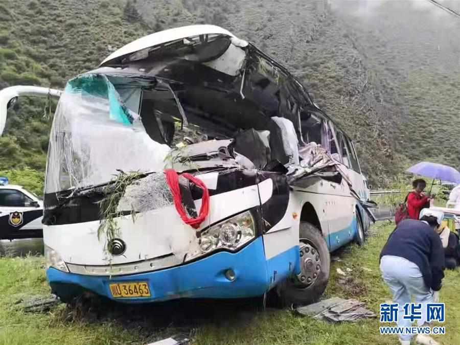 (新华网)四川阿坝州一旅游大巴被飞石击中致3人死亡4人失联
