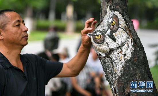 (社会)(1)吉林长春:动植物园里看树雕画