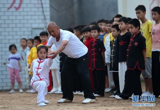 """#(社会)(1)河北沧州:""""把式场""""里习武度暑假"""