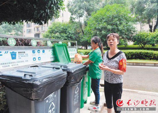 钰龙社区的生活垃圾处理采取工作人员二次分拣和志愿者引导居民正确投放相结合的方式。