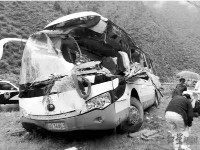 四川阿坝州:客车被飞石砸中致8死16伤