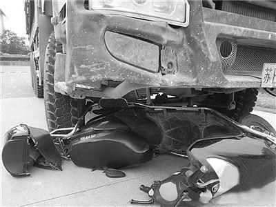 苏州一货车撞上电动车 骑车人被拖行十余米仅腿部受伤