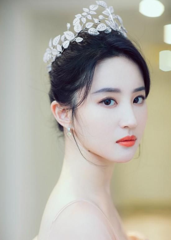 刘亦菲晒写真 优雅迷人摩登精致