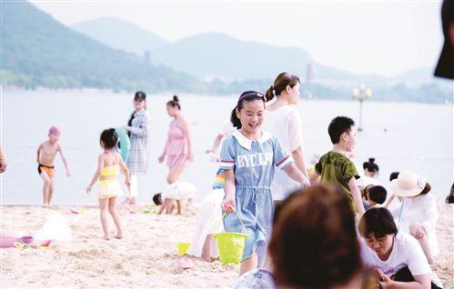 徐州云龙湖万人游泳场成休闲纳凉好去处