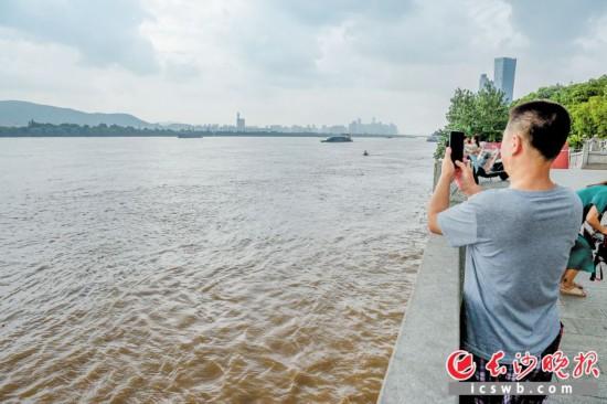 14日下午,湘江长沙段杜甫江阁附近,巡查人员正在察看水情。  长沙晚报全媒体记者 陈飞 摄