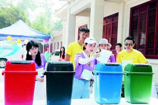 □記者 薄克國 報道 近日,2019青島國際時尚季啟動現場,市民積極參與垃圾分類互動。