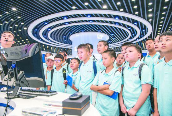 安徽合肥:中小学生暑假体验人工智能魅力
