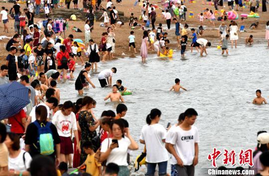 厦门海滨游受追捧 沙滩人潮如织