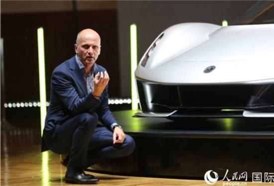路特斯汽车设计总监罗素・卡尔向观众介绍Evija的设计理念。(路特斯汽车 提供)