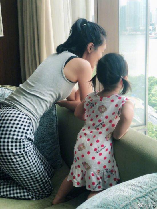 朱丹晒与女儿亲子时光 母女窗前看风景