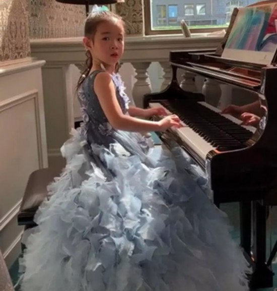 黄奕女儿盛装参加钢琴比赛精致妆容容貌大变样