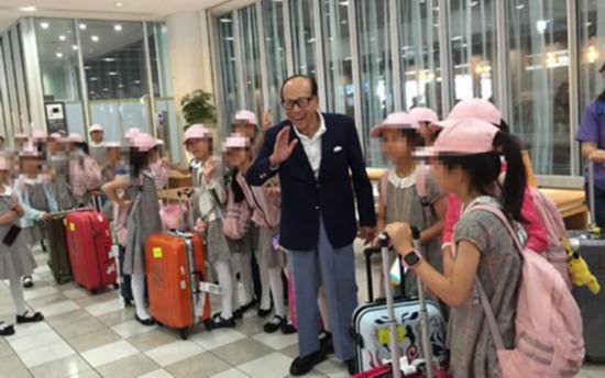 李嘉诚机场偶遇舞蹈团 大方资助孩子们百万经费