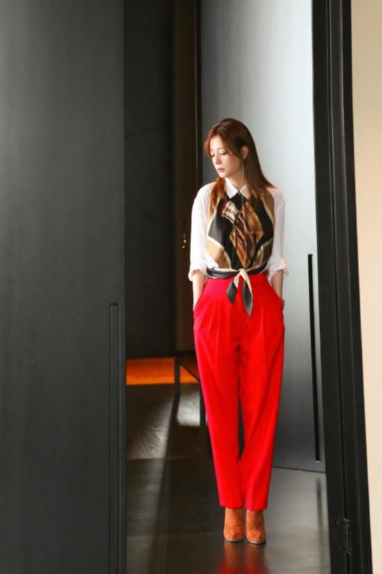 赵薇晒最新写真 花色上衣红色长裤知性优雅
