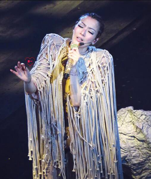 郑秀文边哭边唱《红绿灯》 称陪她度过很多抑郁夜晚