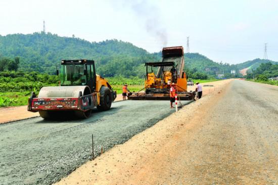 施工人员在铺设路基。  惠州日报记者王建桥 摄