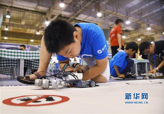 (社会)(1)山东:机器人竞赛 头脑大比拼