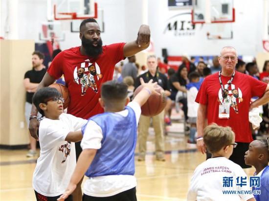 (体育)(2)篮球——NBA:哈哈登举行社区篮球锻炼营