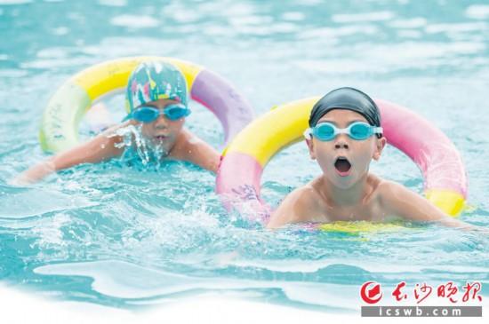 小朋友们在水中体会夏日里的清凉。均为长沙晚报全媒体记者 黄启晴 摄