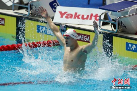 资料图:7月21日,孙杨在比赛后庆祝胜利。当日,在韩国光州举行的2019游泳世锦赛男子400米自由泳决赛中,中国选手孙杨夺得冠军。 <a target='_blank'  data-cke-saved-href='http://www.chinanews.com/' href='http://www.chinanews.com/'><p  align=