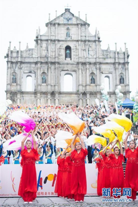 (社会)(1)澳门国际青年舞蹈节举行巡游表演