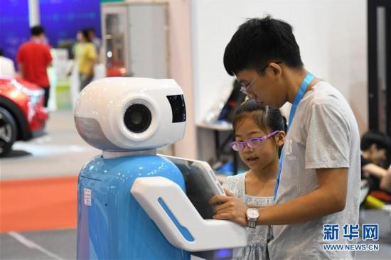 (社会)(4)电子消费博览会上体验未来智慧生活