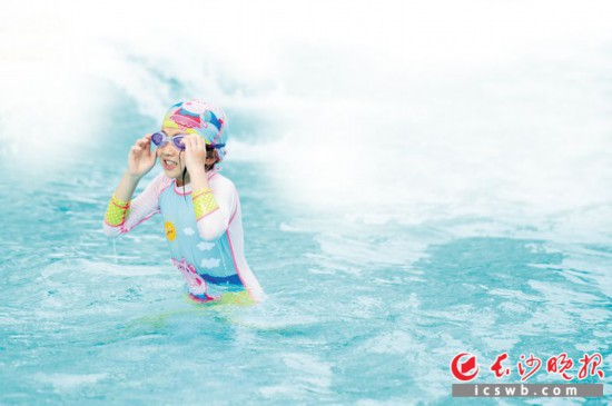从7月22日起至8月30日,长沙全市26个游泳场馆将对长沙市中小学生免费开放。