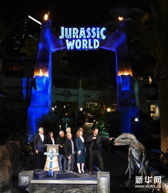 """美国洛杉矶环球影城开放""""侏罗纪世界""""虚拟体验项目"""