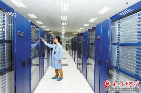 湖南大学国家超级计算长沙中心工作人员正在查看超级计算机系统。  长沙晚报全媒体记者 邹麟 摄
