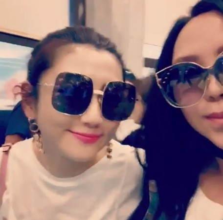 张惠妹机场偶遇Selina合照 网友:女神同框