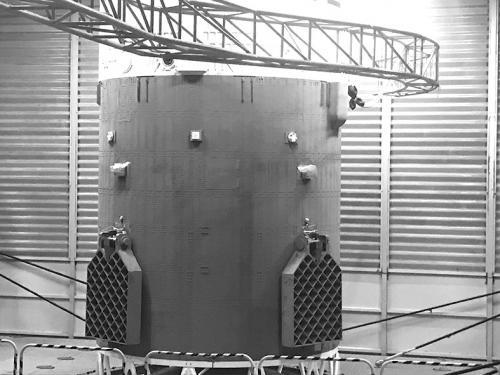 """图片说明:长征二号丙火箭上的栅格舵形如""""苍蝇拍""""。"""