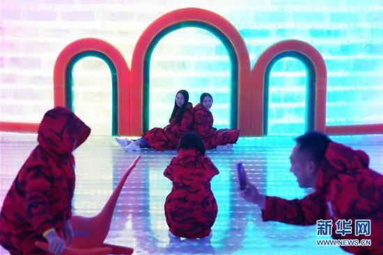 (社会)(4)哈尔滨:盛夏两人不免多看了一眼乐享冰雪游