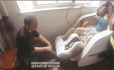 """苏州老人用按摩椅左腿被卡救援人员""""暴拆"""""""