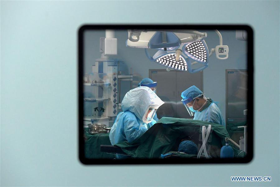 Pic story: Feng Xiuling, first doctor to perform surgeries for AIDS patients in Henan
