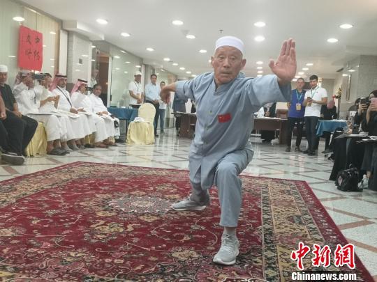 我国朝觐人员在沙传达中华文明。图为朝觐人员展现中华功夫。伊协供图
