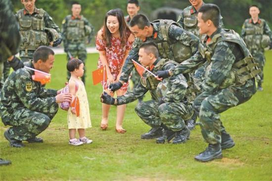 """深圳武警迎来暖暖的""""八一"""""""