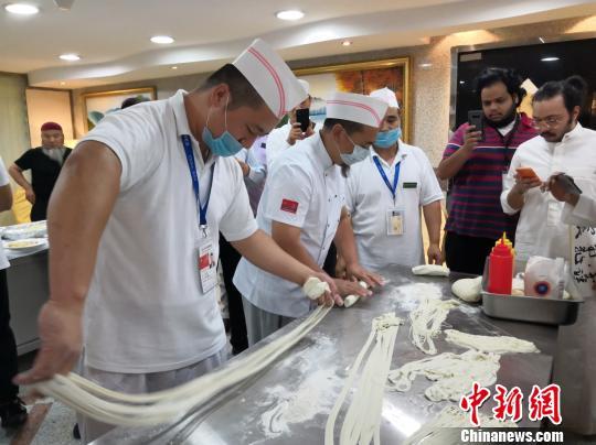我国朝觐人员在沙传达中华文明。图为参与者品我国茶饮和我国面食。伊协供图