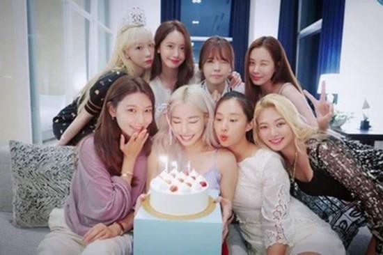 少女时代重聚为Tiffany庆生八人亲密合影幸福微笑