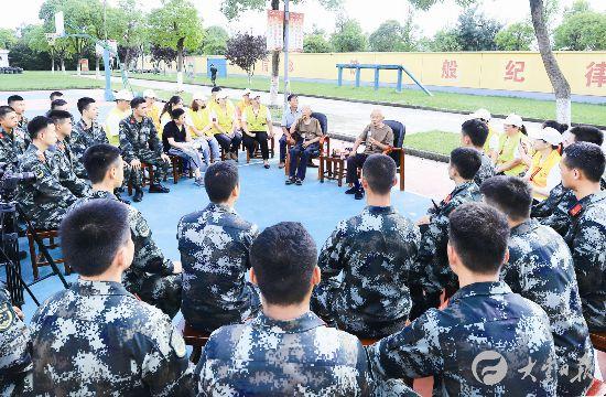 鹽城大豐耄耋老兵進軍營 為戰士講述抗戰經歷