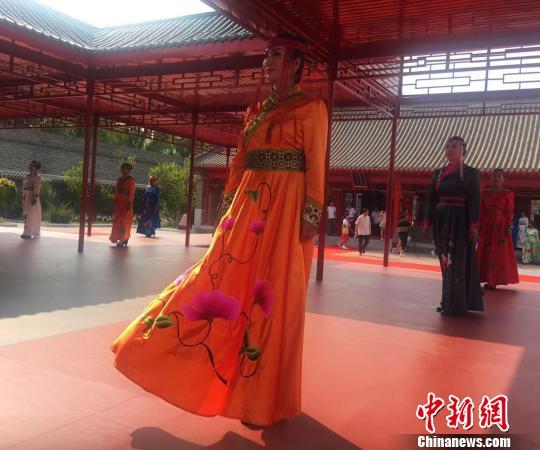 我国手艺刺绣传承立异大会落幕10余位刺绣传承人共绣70米长卷
