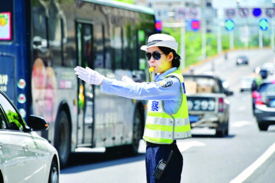 交警高温下坚守岗位。