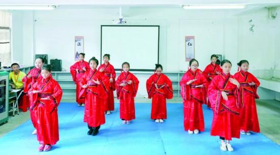耕读班的小学员们表演手语舞。  惠州日报记者汤渝杭 摄