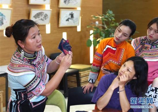 (文化)(1)都市里的彝绣传习课