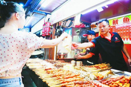 市民在步行街购买小吃