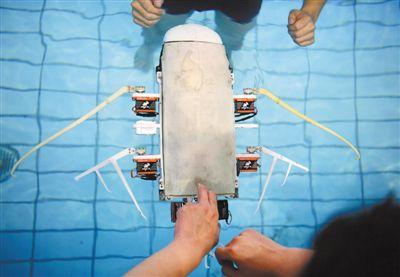 西北工业大学研制的滑扑一体自主变形仿生柔体潜航器成功进行首航